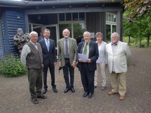 Dr. Wolfgang Euler (Mitarbeiter bei Lernort Natur), Ulrich Labonte (Hess. Umweltministerium), Georg Schwarz (ebenfalls Mitstreiter bei Lernort Natur) und Herbert Bachmann (Vereinsvorsitzender) v.l.n.r. bei der Übergabe der Urkunde. (Foto: nh)