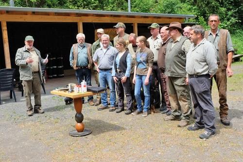 Vereinsvorsitzender Herbert Bachmann (links) bei der Siegerehrung.  (Foto: beb)