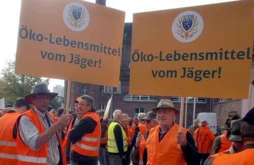 Hubert Bödger und Franz Hieß (V.l.n.r.) üben sich im Umgang mit Spruchplakaten vor Beginn der Demonstration. (Foto: Georg Schwarz)