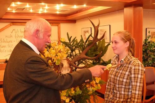 Wolfgang Deutscher erteilt Theres Veddeler stellvertretend für alle Prüflinge den Jägerschlag.