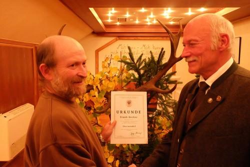 Frank Becker (links) erhielt die Ehrennadel des Landesjagdverbandes aufgrund seiner Verdienste im Verein und seinen Einsatz für die Fangjagd.