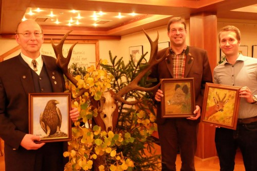 Die Sieger des Keilerschießens erhielten als Preis ein Gemälde mit Tiermotiv: Helmut Arend (v.l.n.r), Karsten Poetzsch und Timm Eberwein.