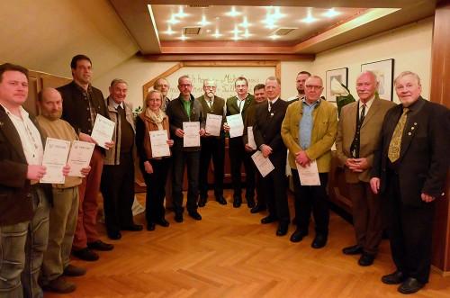 Langjährige Mitglieder der Hessenjäger erhielten von Wolfgang Deutscher und Herbert Bachmann Urkunden und Anstecknadeln.