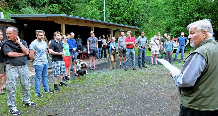 Vereinsvorsitzender Herbert Bachmann erklärt den Jungjägern vielfältige Möglichkeiten des Engagements im Jagdverein. (Foto: beb)