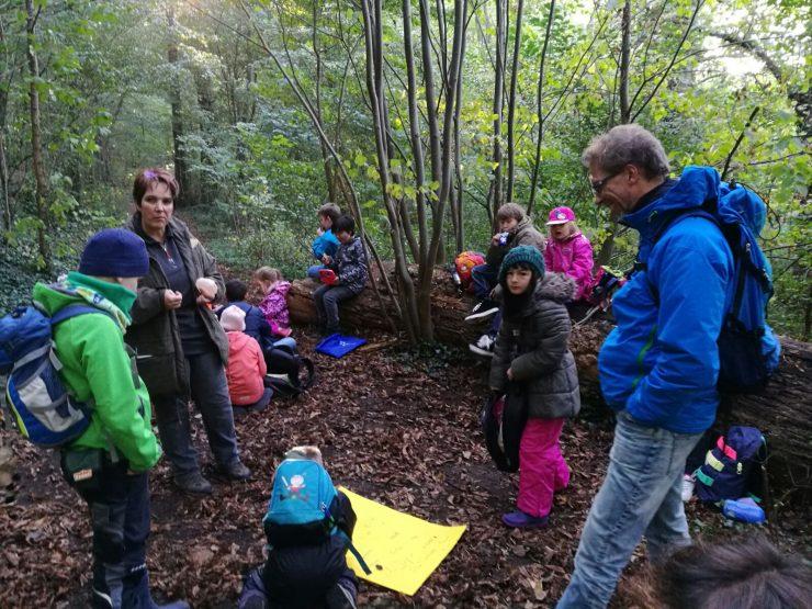 Die Leiterin von Lernort Natur, Cornelia Döring, (links im Bild) begegnet den Kleinen beim Waldfrühstück.
