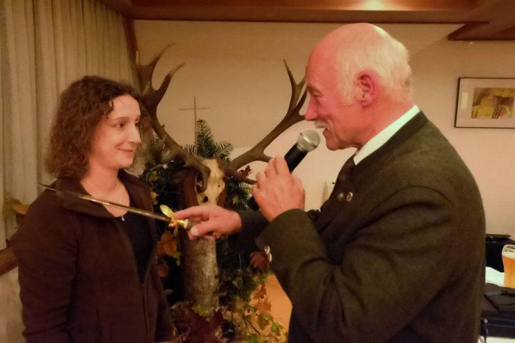 Nadine Jungheim nahm stellvertretend für ihre Mitstreiter den Jägerschlang vom zweiten Vorsitzenden Wolfgang Deutscher entgegen. (Teil 2)