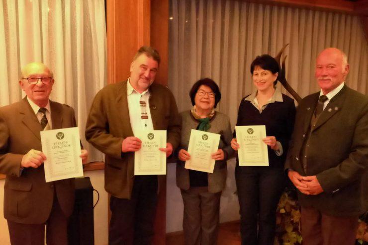 Langjährige Mitglieder mit ihren Urkunden. Lorenz Fußgänger (v.l.n.r.), Horst Fröhlich, Dr. Hannelore Pöhland-Block und Ursula Hartung.